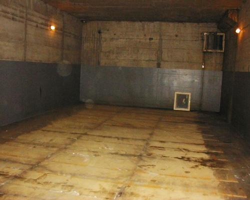 Demontage einer Anlage in einem Keller