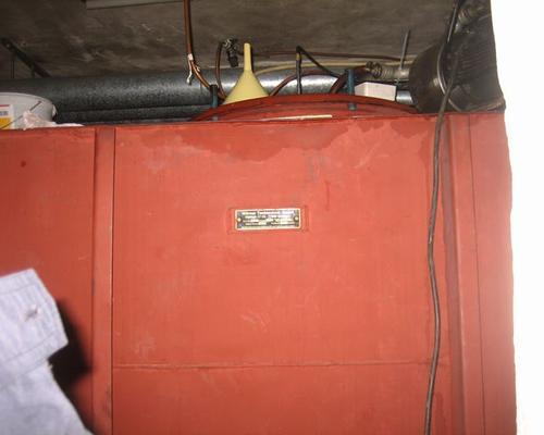Roter Tank im Keller
