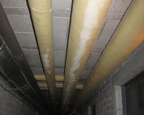 Rohrleitung im Kellerflur