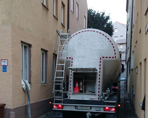 Auffüllen eines Kellertanks durch das Fenster