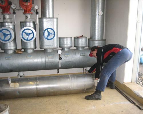 Demontage von einer Wärme- und Kühlanlage